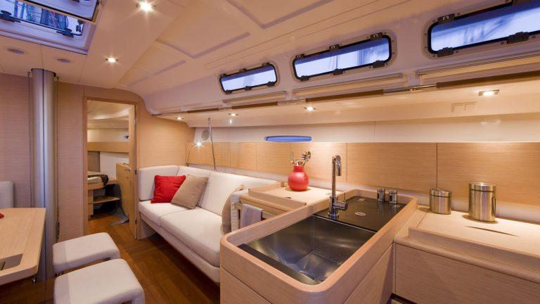 Парусная яхта Beneteau First 45 интерьер 2